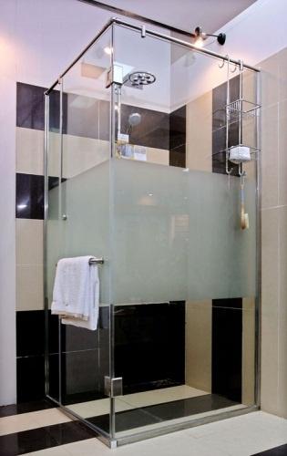 vách tắm kính giá rẻ