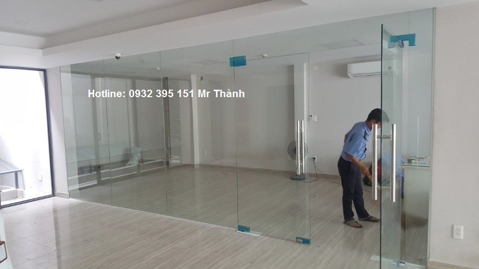 Báo giá thi công vách kính 12mm tại quận Bình Tân