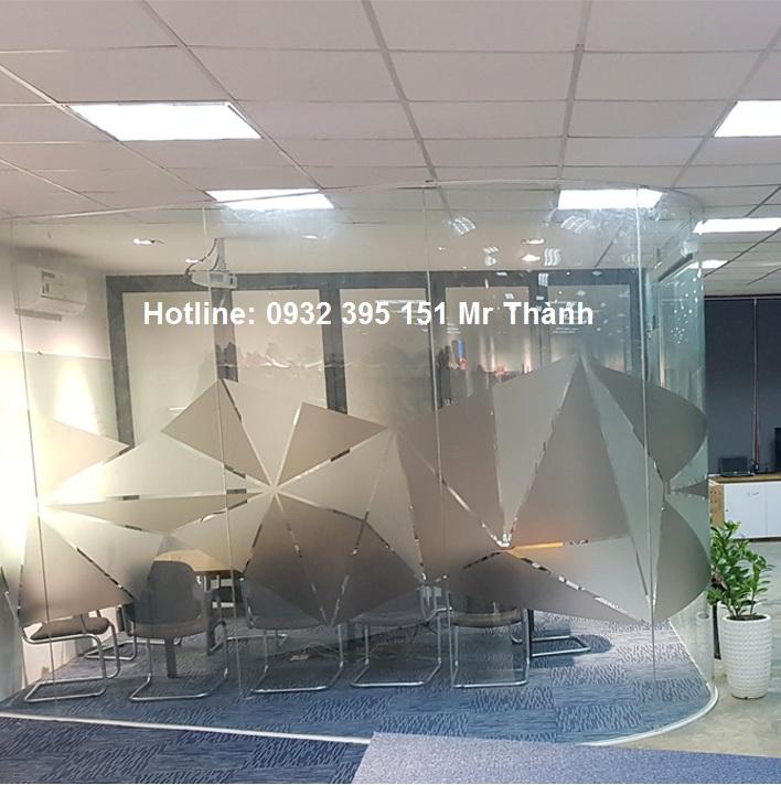 Thi công kinh cuong luc uon cong tại văn phòng JUNO quận Phú Nhuận
